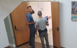 חוקר משטרה לצד חוקר מרשות המיסים במשרדי עיריית פתח תקווה