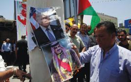 פלסטיני בחברון שורף תמונות של טראמפ ושל מנהיג בחריין