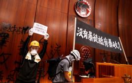 מפגינים בבניין הפרלמנט בהונג קונג