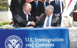 יאסין (מימין) ובכיר בממשל האמריקאי