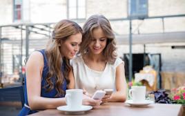 חברות בבית קפה, אילוסטרציה (למצולמות אין קשר לנאמר בכתבה)