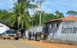חיילים ושוטרים מחוץ לכלא בברזיל