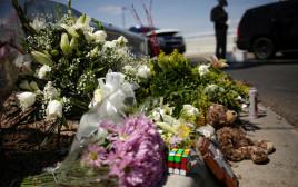 אנשים מניחים פרחים בזירת אירוע הירי באל פאסו