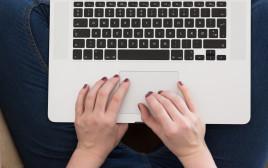 אישה מקלידה במחשב, אילוסטרציה