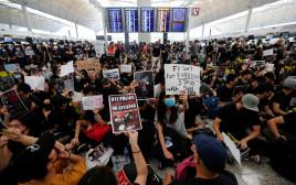 מפגינים בשדה התעופה בהונג קונג