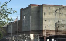 """מרכז המעצר ע""""ש דונלד וויאט ברוד איילנד"""