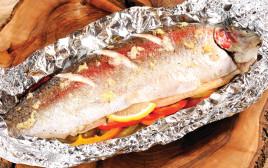 דגי פורל על מצע פלפלים צבעוני