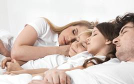 ילדים ישנים במיטת ההורים