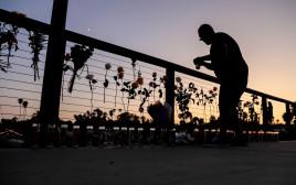 הדלקת נרות לזכר קורבנות השריפה בספינת הטיולים בקליפורניה