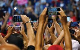 אנשים מחזיקים סמארטפונים, אילוסטרציה (למצולמים אין קשר לנאמר בכתבה)