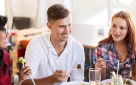 בני זוג בארוחה משפחתית, אילוסטרציה (למצולמים אין קשר לנאמר בכתבה)