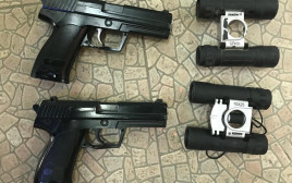 אקדחים ומשקפות שנמצאו ברשות הצעיר מתל שבע