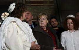 אנגלה מרקל ובני הקהילה היהודית בבית הכנסת החדש בברלין