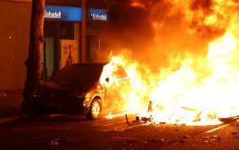 רכב שהועלה באש בהפגנות בקטלוניה