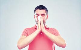 גבר מתעטש, אילוסטרציה (למצולם אין קשר לנאמר בכתבה)