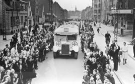 האוטובוסים הלבנים עוברים בדנמרק, בדרכם לשוודיה, אפריל 1945