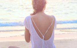 לבד על החוף