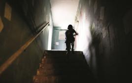 ילד במקלט