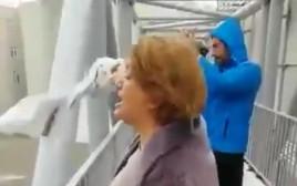 האישה האיראנית שתועדה צורחת על הגשר