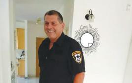 מאיר חזק במדי משטרה