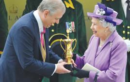 המלכה אליזבת ובנה הנסיך אנדרו