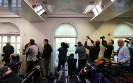 כתבים מצטופפים בחלונות הבית הלבן במהלך העוצר