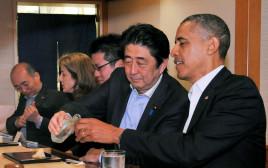 ברק אובמה ושינזו אבה אוכלים ב-Sukiyabashi Jiro Honten