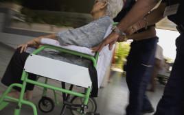 אישה בכיסא גלגלים