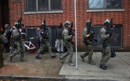 שוטרים באזור שבו בוצע הירי
