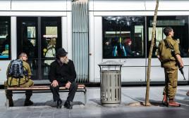 אנשים בתחנת הרכבת הקלה בירושלים, ארכיון (למצולמים אין קשר לנאמר בכתבה)