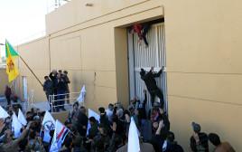 """מפגינים בשגרירות ארה""""ב בבגדד"""