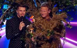 טדי שרינגהאם מחופש לעץ