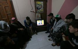 פלסטינים צופים בנשיא טראמפ בעת הכרזת תוכנית השלום