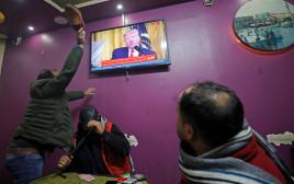 תושבים בחברון צופים בנאום טראמפ
