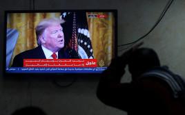 פלסטיני צופה בהכרזת טראמפ