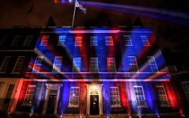 דאונינג 10, מעונו של ראש ממשלת בריטניה, מואר בצבעי הדגל