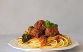 ספגטי עם קציצות בשר ברוטב וברוקולי