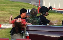 אישה פצועה מפונה ממרכז הקניות בו התרחש פיגוע הירי בתאילנ