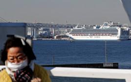 ספינת התענוגות המבודדת מחשש לקורונה ביפן