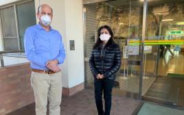 פרופ׳ ניר-פז וקונסולית ישראל ביפן, רויטל בן נעים, בבית החולים ביפן