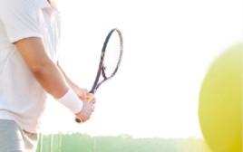 גבר משחק טניס