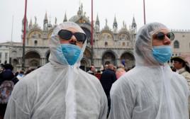 תיירים מתגוננים מהקורונה בונציה