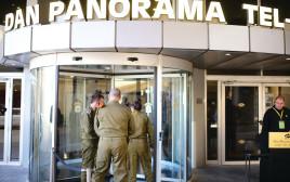 חיילים בכניסה למלונית הקורונה