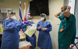 בדיקות קורונה בבית החולים הדסה (למצולמים אין קשר לנאמר בכתבה)