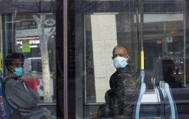 קורונה - נוסעים ברכבת הקלה עם מסכות (למצולמים אין קשר לנאמר בכתבה)