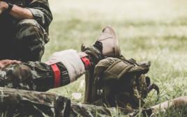 טיפול בחייל פצוע