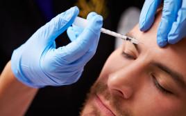 גבר בטיפול הזרקת בוטוקס