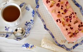 עוגה בחושה שקדים־פטל בציפוי שוקולד מגנום ורוד