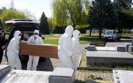 קורונה: טקס קבורתו של אחד הקורבנות בויטוריה, ספרד