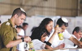 הכנסת סלי מזון לנזקקים